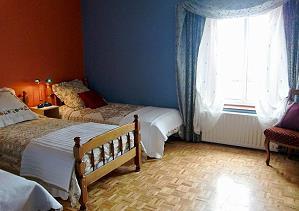 Chambre à coucher avec 3 lits