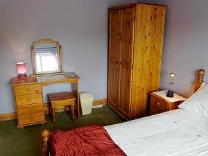 Chambre à coucher principale avec un lit double
